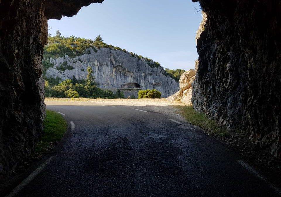 Les gorges de la Nesque la route des grottes percées